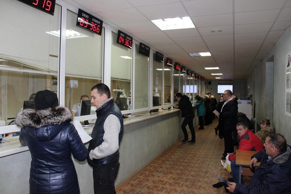 Зал отделение регистрации транспорта в Областном МРЭО Челябинска