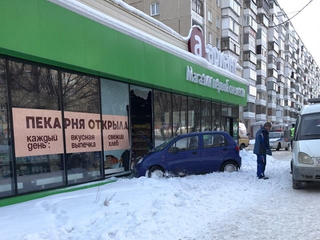 В Челябинске подросток, управляя автомобилем «Дэу Матиз» сбил женщину и протаранил магазин