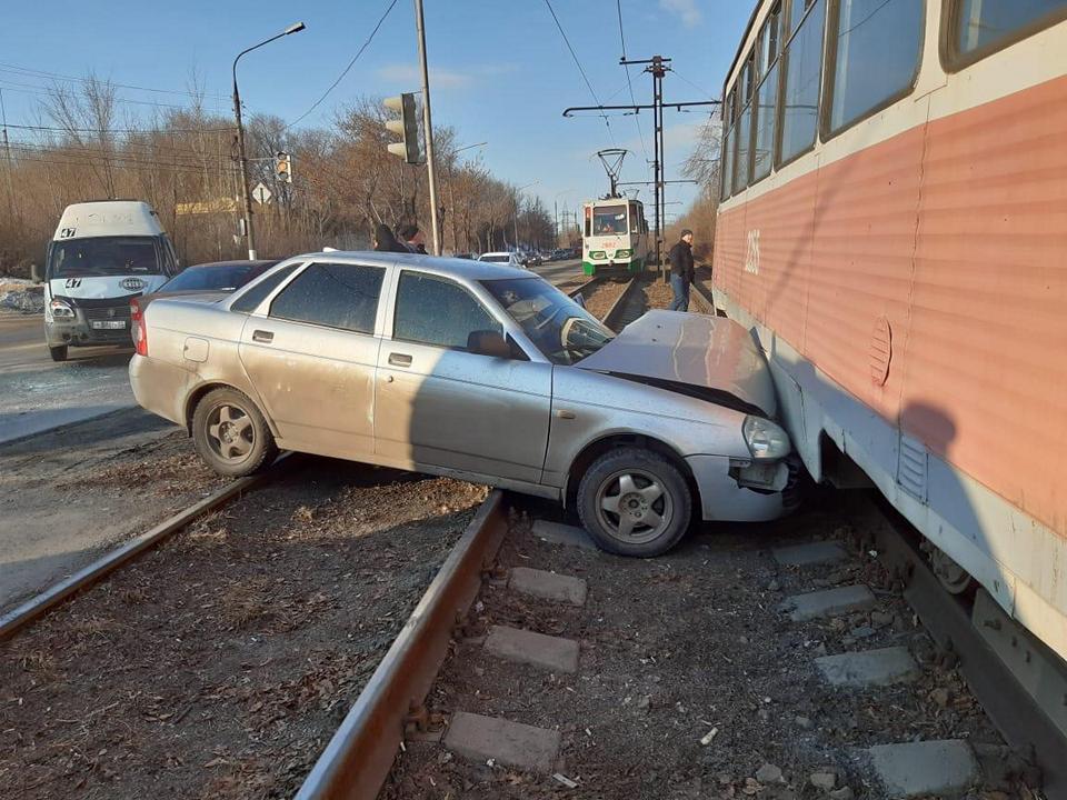 Лада врезалась в трамвай 27 марта в Магнитогорске