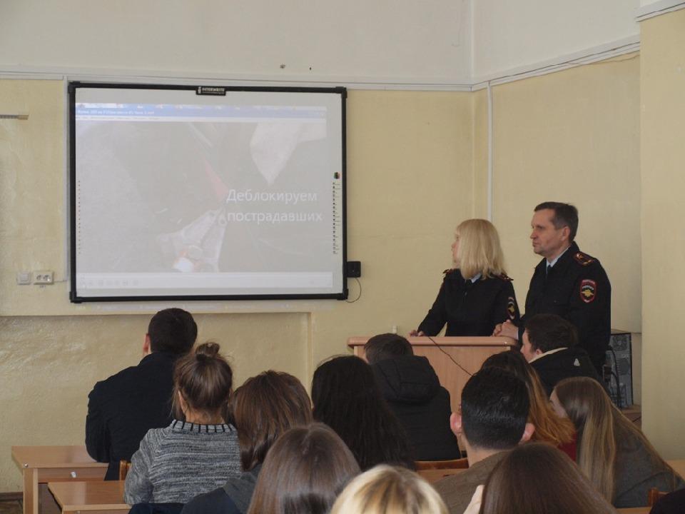 Сотрудники ГИБДД по городу Магнитогорску организовали краш-курс по безопасности дорожного движения